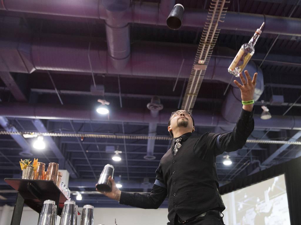Lorenzo Garcia se presenta en la competencia de coctelería en el Nightclub and Bar Show el martes 26 de marzo de 2019 en el Centro de Convenciones de Las Vegas, en Las Vegas. (Benjamin Hager Revi ...