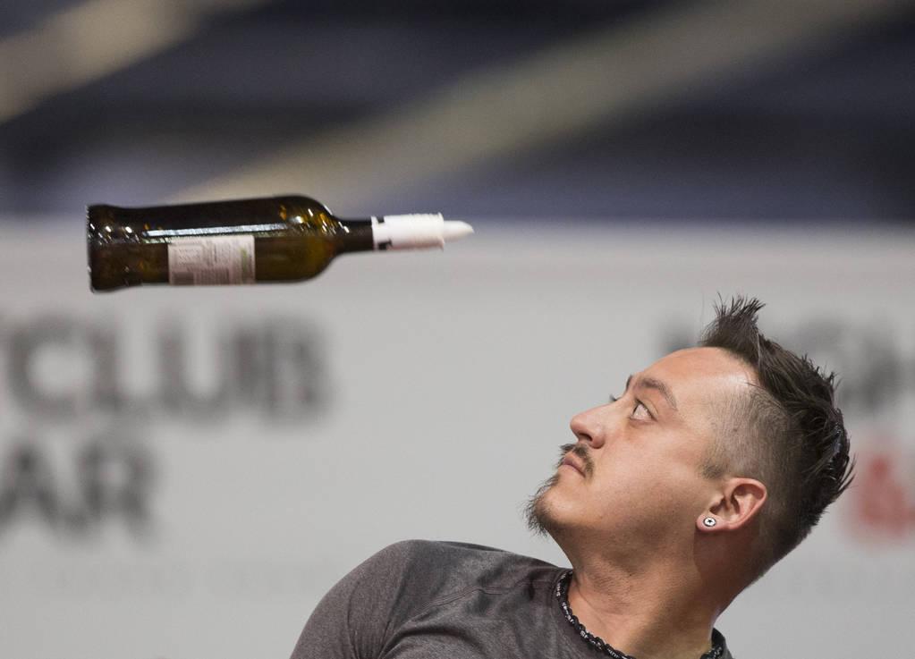 Michael Guzman se presenta en la competencia de coctelería en el Nightclub and Bar Show el martes 26 de marzo de 2019 en el Centro de Convenciones de Las Vegas, en Las Vegas. (Benjamin Hager Revi ...