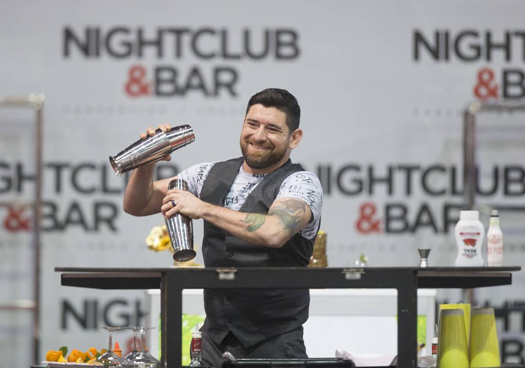Mariano Gil se presenta en la competencia de coctelería en el Nightclub and Bar Show el martes 26 de marzo de 2019 en el Centro de Convenciones de Las Vegas, en Las Vegas. (Benjamin Hager Review- ...