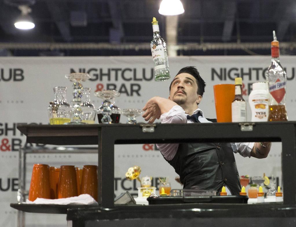 Luis Ortiz se presenta en la competencia de coctelería en el Nightclub and Bar Show el martes 26 de marzo de 2019 en el Centro de Convenciones de Las Vegas, en Las Vegas. (Benjamin Hager Review-J ...
