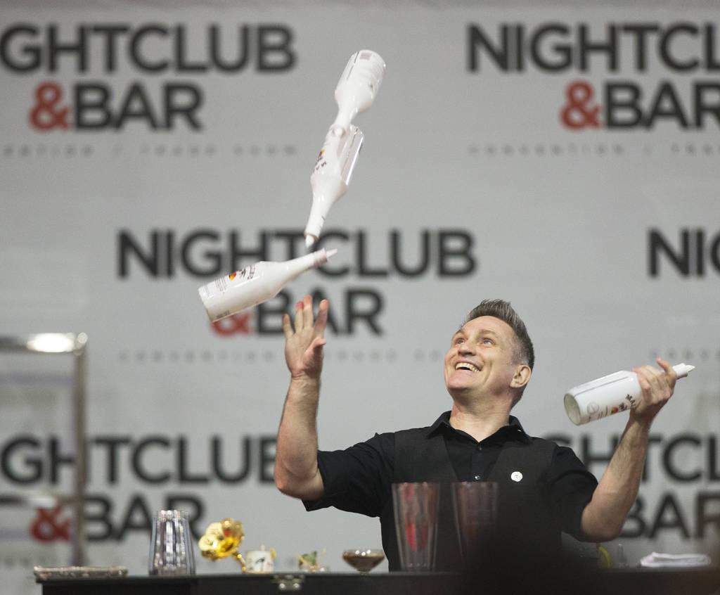 Ryan Clark se presenta en la competencia de coctelería en el Nightclub and Bar Show el martes 26 de marzo de 2019 en el Centro de Convenciones de Las Vegas, en Las Vegas. (Benjamin Hager Review-J ...