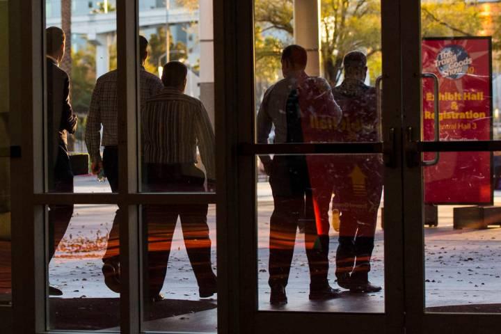 Oficiales salen del Centro de Convenciones de Las Vegas después de ejecutar una orden de allan ...