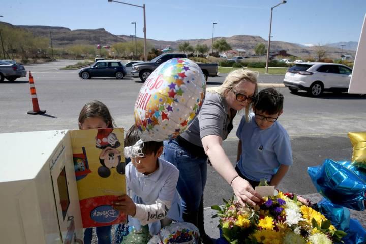 Dawn Yoshimori y tres de sus cinco hijos, desde la izquierda, Evelyn, 7, Talan, 11, y Leo, 9, v ...