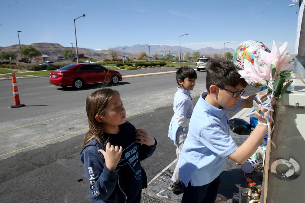 Evelyn Yoshimori, 7, izquierda, y sus hermanos, Leo, 9, y Talan, 11, visitan un memorial en Sou ...