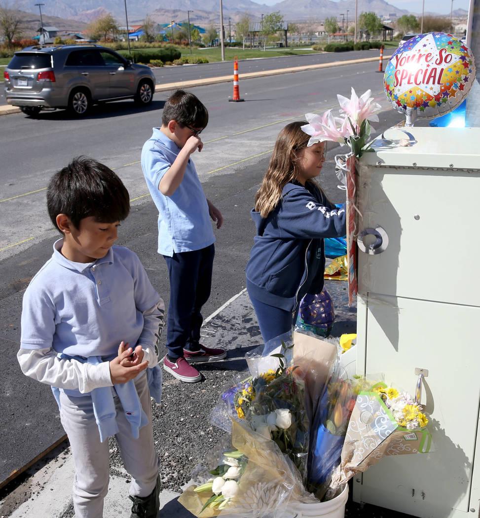 Leo Yoshimori, 9, desde la izquierda, y sus hermanos, Talan, 11, y Evelyn, 7, visitan un memori ...