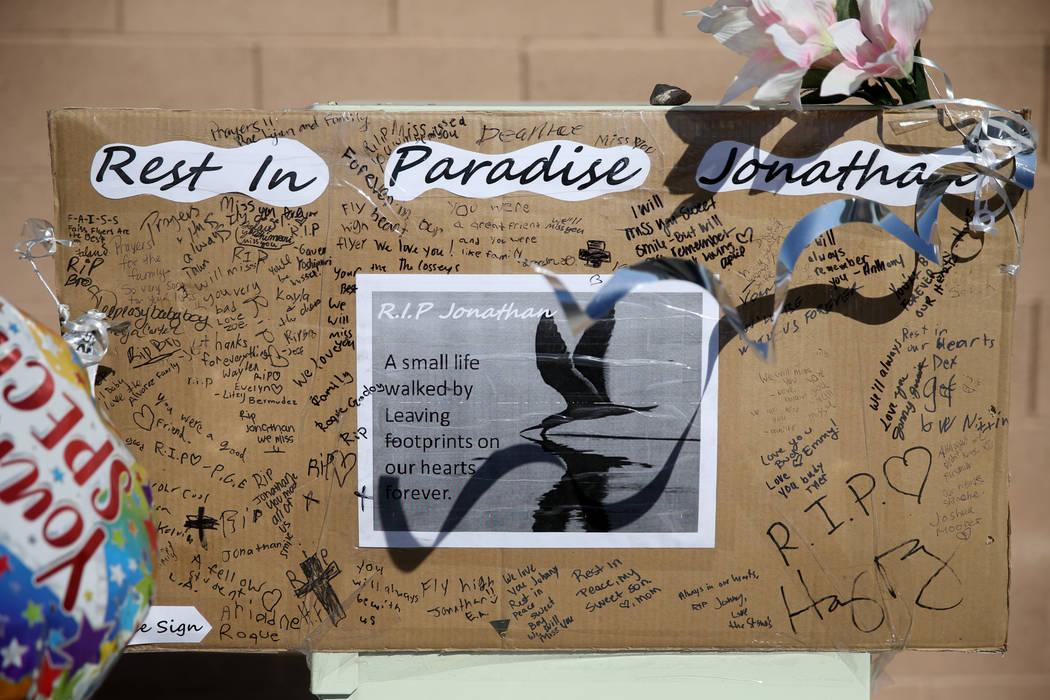 Un memorial en la intersección de South Fort Apache Road y West Arby Avenue en Faiss Park el m ...