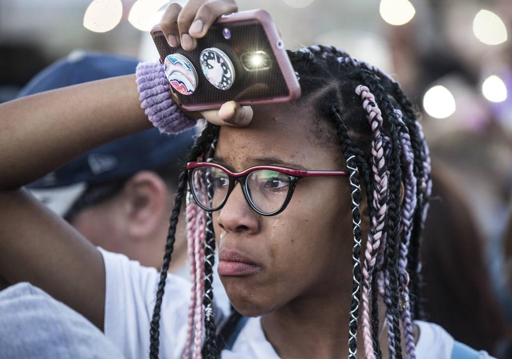 Amigos y familiares lloran la pérdida de Jonathan Smith, de 12 años, durante un velorio en Wi ...
