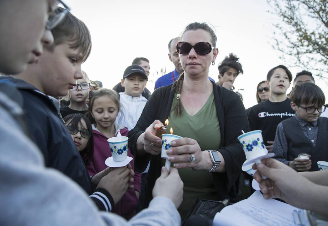 Amigos y familiares encienden velas durante un velorio para Jonathan Smith, de 12 años, en Wil ...