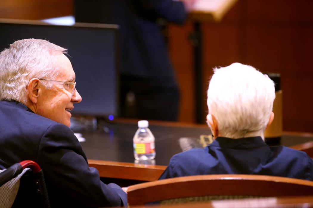 El ex senador estadounidense, Harry Reid, habla con su esposa, Landra Gould, en la sala del tri ...
