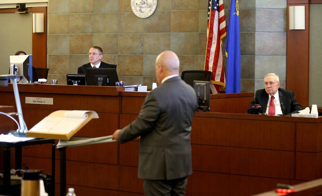 El ex senador estadounidense, Harry Reid, es interrogado por la abogada Laurin Quiat, mientras ...
