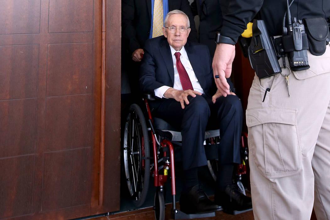 El ex senador estadounidense, Harry Reid, sale de la sala del tribunal en el Centro de Justicia ...
