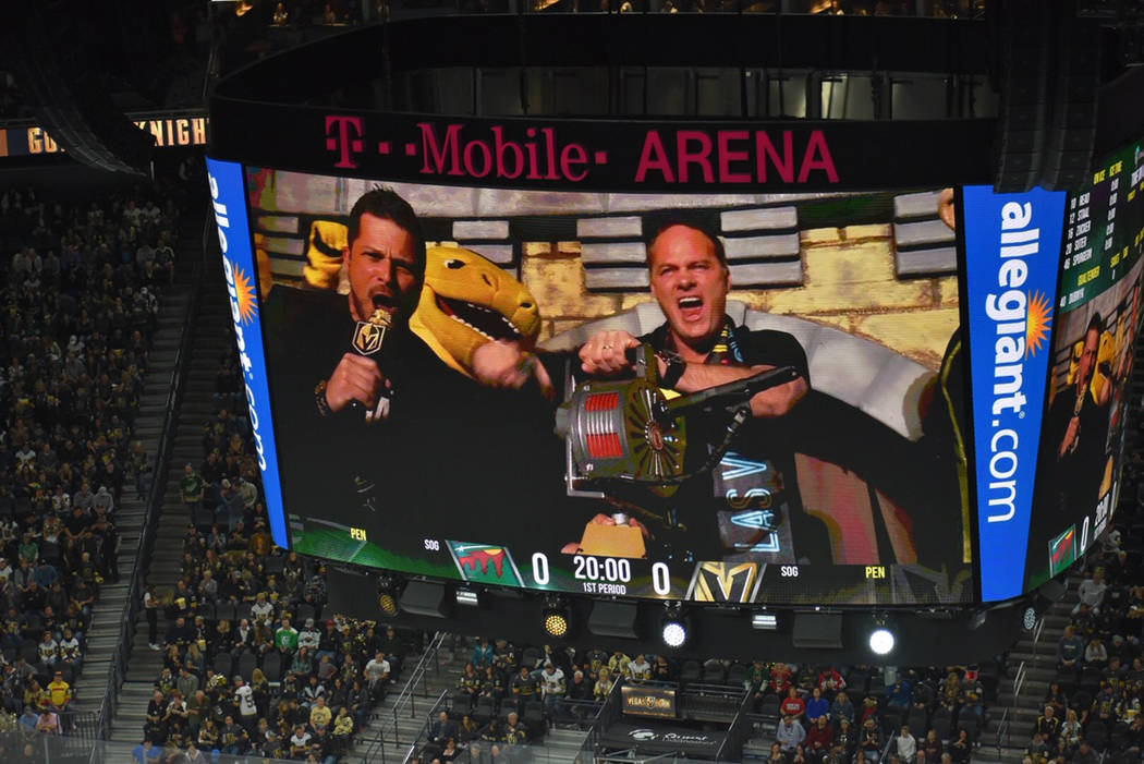 """El entrenador de Las Vegas Lights F.C., Eric Wynalda, fue el encargado de """"girar la sirena"""" ..."""