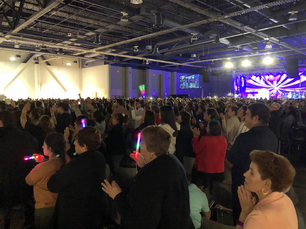 """Miles de fieles católicos en la """"Hora Santa"""", en el XXVI Encuentro de Renovación Carismá ..."""