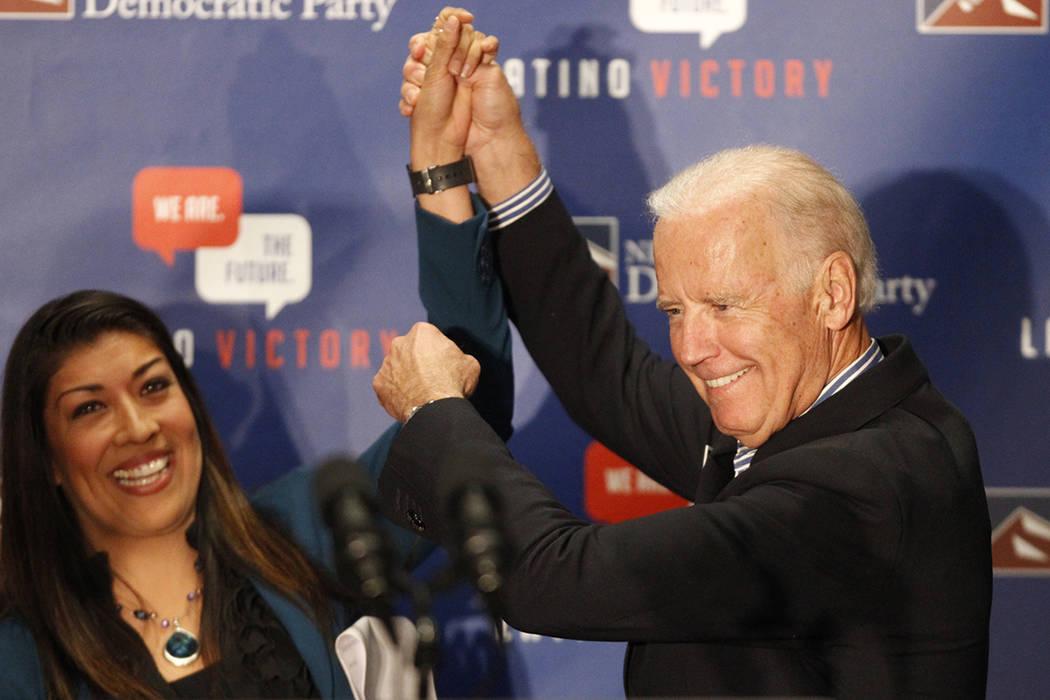 Lucy Flores, a la izquierda, y Joe Biden, apoyan a simpatizantes durante un evento de votación ...