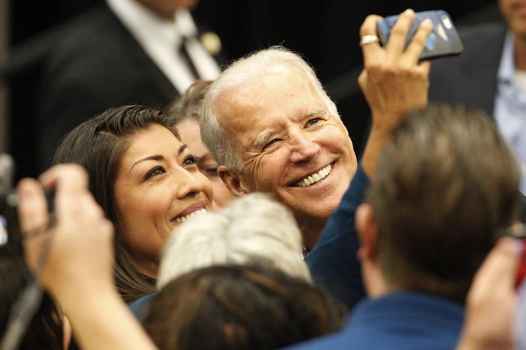 Lucy Flores, a la izquierda, y el vicepresidente Joe Biden, se toman una foto juntos durante un ...
