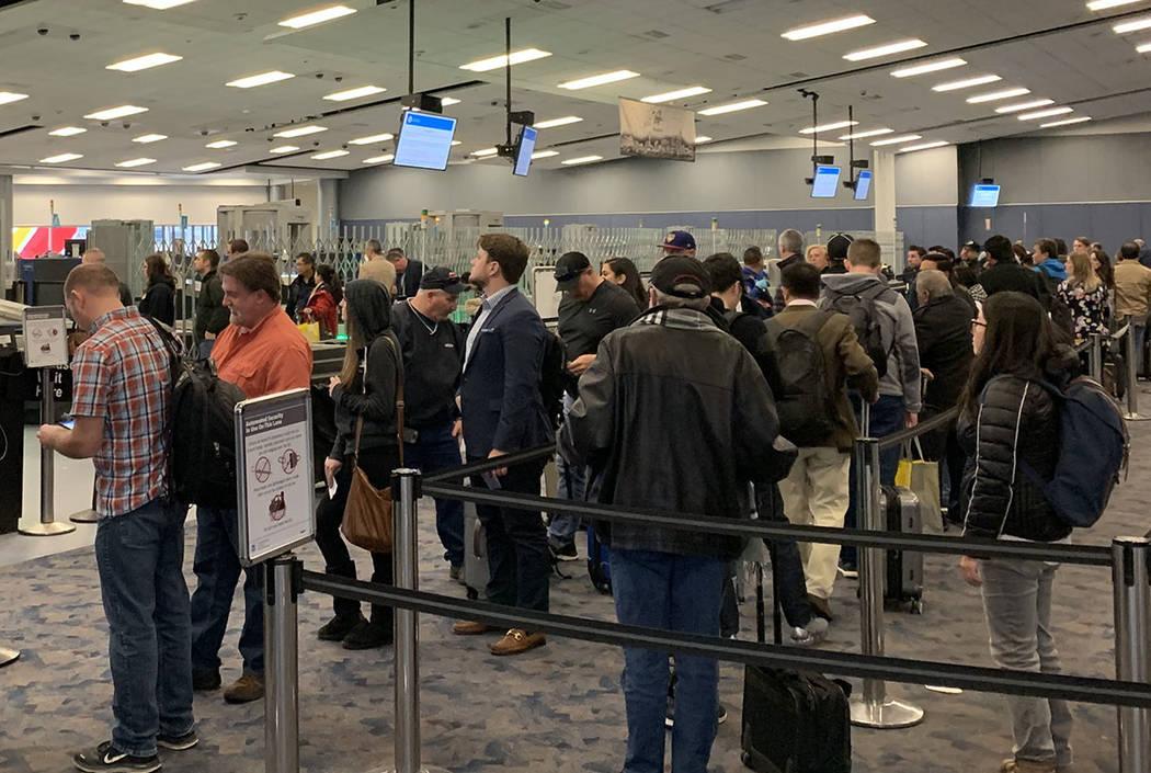 Los pasajeros esperan en la línea de selección TSA en el Aeropuerto Internacional McCarran, 1 ...