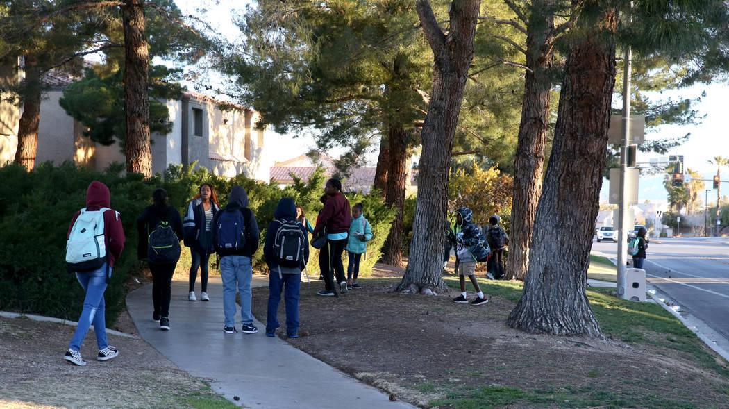 Los estudiantes esperan por el autobús escolar en Soaring Gulls Drive cerca de Cheyenne Avenue ...