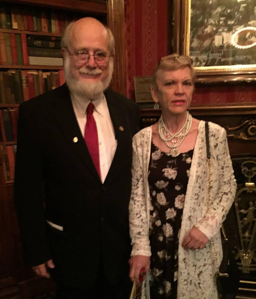 Dr. Thomas Burchard y su novia Judy Earp (Cortesía)