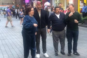 De izquierda a derecha: la tía Chippy (Concetta Potenza), Jimmy Kimmel, su compañero Guillerm ...