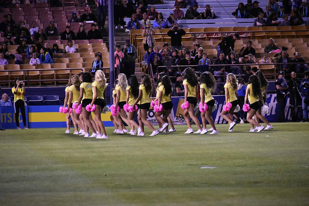 El equipo de animación de UNLV acudió al juego para apoyar a Las Vegas Lights FC. Sábado 30 ...