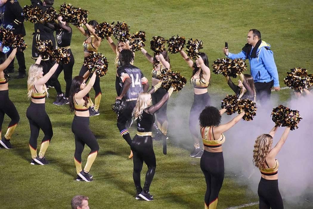 La porra de Vegas Golden Knights se hizo presente en el partido, que se jugó para honrar al eq ...