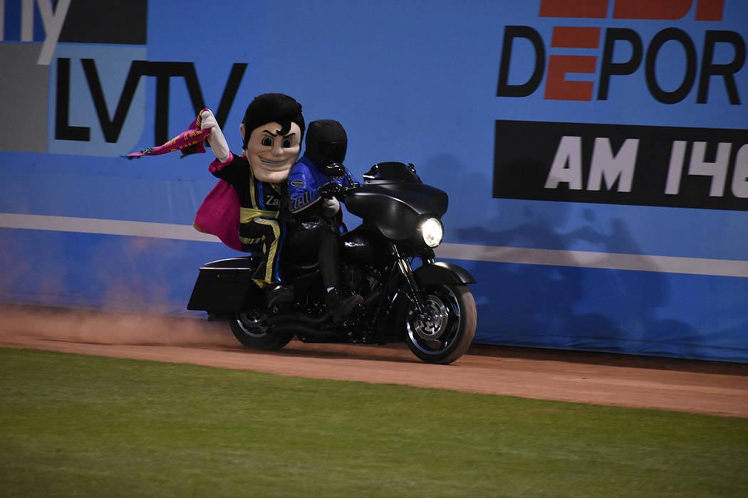 """Cash, la mascota de Las Vegas Lights FC, hace su aparición en el """"terreno de juego"""". Sábado 3 ..."""
