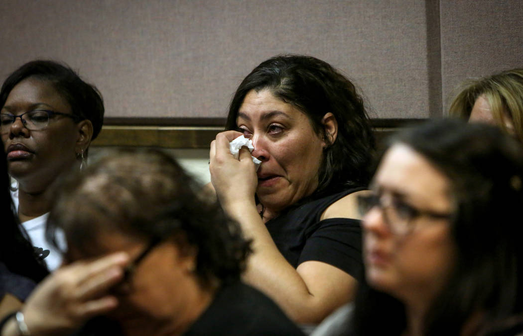 El padre de una víctima de amenazas racistas contra Arbor View High School, llora cuando los d ...
