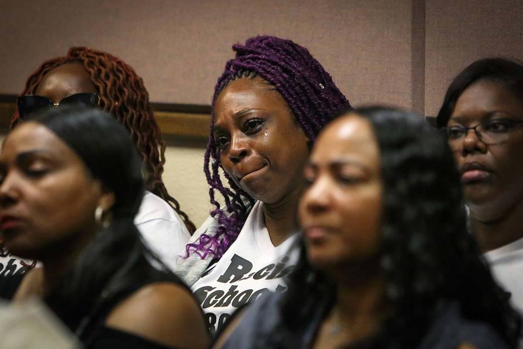 Akiko Cooks, madre de una víctima de las amenazas racistas contra Arbor View High School, llor ...