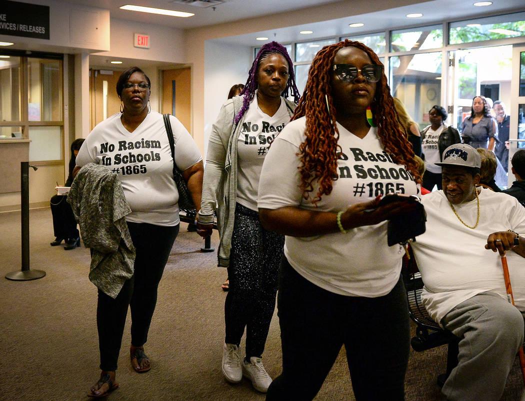 Los padres de las víctimas de las amenazas racistas contra Arbor View High School, caminan fue ...