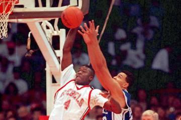 El delantero de baloncesto de la UNLV, Larry Johnson, dispara más allá del alcance defensivo ...