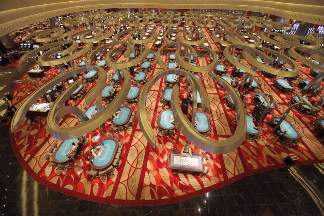 Los dealers esperan en las mesas del casino en Marina Bay Sands, el 27 de abril de 2010, en Sin ...