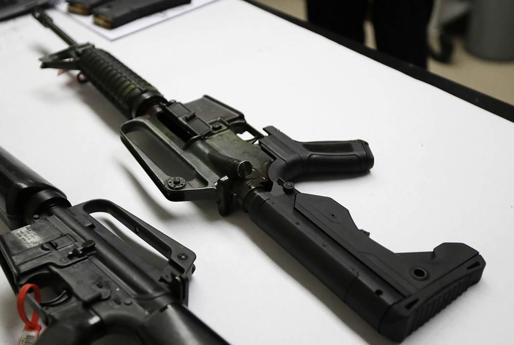 Un rifle semiautomático, a la derecha, que ha sido equipado con un dispositivo automático, se ...