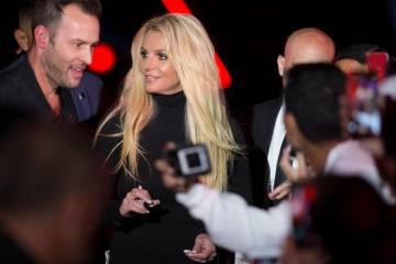 Britney Spears firma autógrafos durante un evento para anunciar su nueva residencia en The Par ...