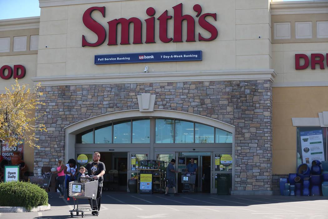 Tom Brown y su sobrino Timmy Brown, caminan a su automóvil después de comprar en Smith's, 106 ...