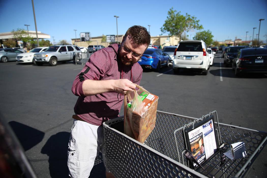 Mark Schoenfeldt, de Las Vegas, carga su automóvil con alimentos después de comprar en Smith' ...