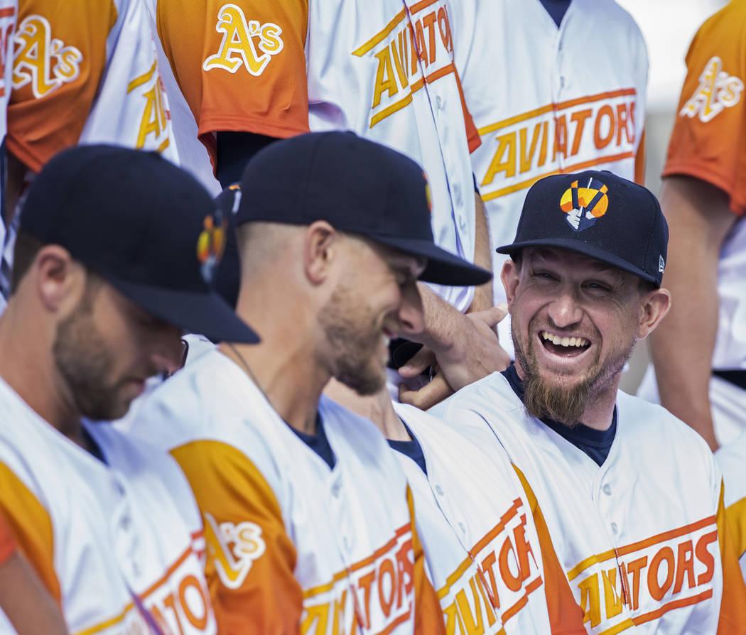 Los jugadores de los Aviators bromean durante la foto de su equipo en el día de los medios en ...
