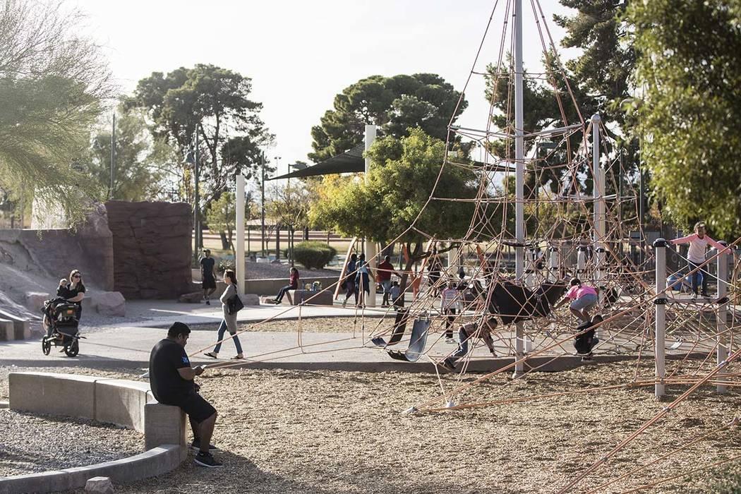 Los niños juegan en Craig Ranch Regional Park en North Las Vegas. El Ayuntamiento de North Las ...