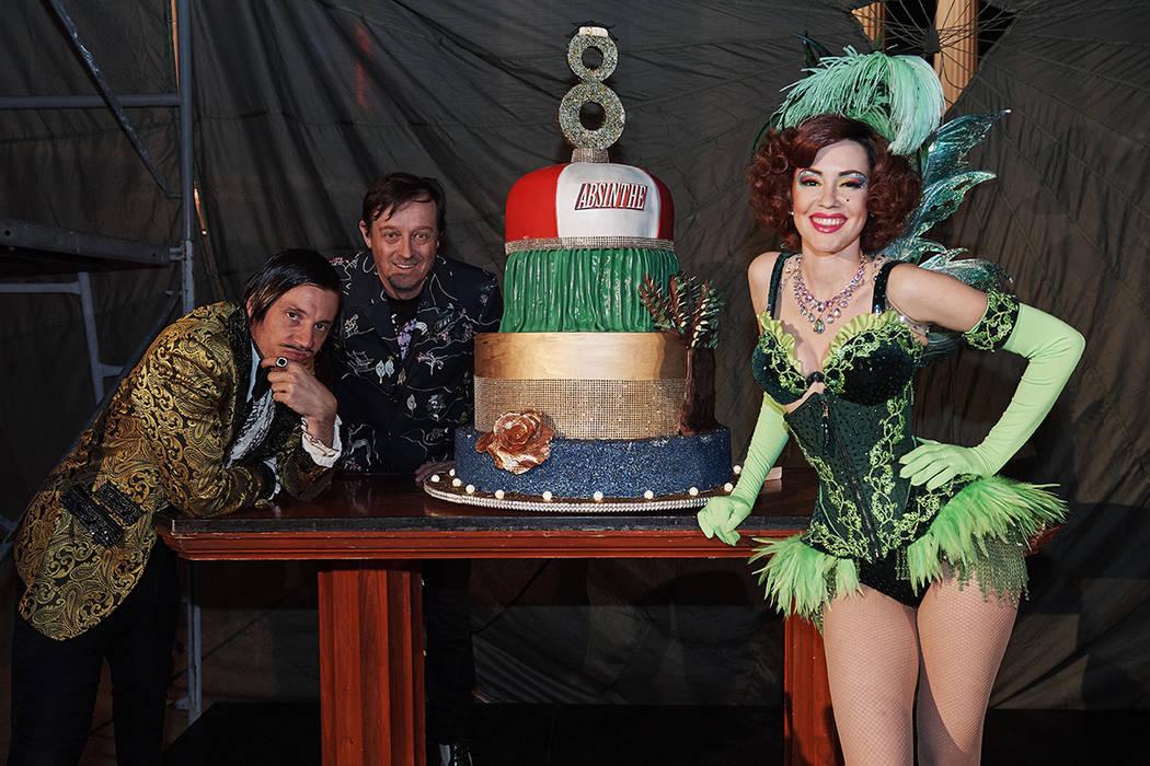 The Gazillionaire (izquierda) y el productor Ross Mollison celebrando el aniversario. Lunes 1 d ...