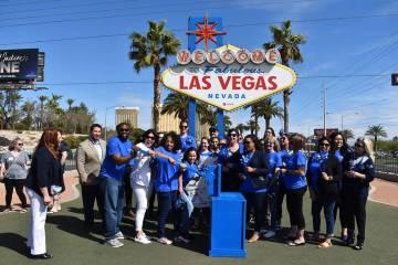 Olive Crest organizó un evento para prender las luces del famoso letrero de bienvenida, en el ...