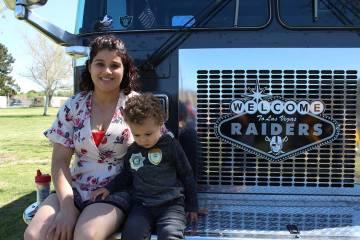 Madre e hijo van paso a paso en el tratamiento del autismo. Foto Cristian De la Rosa / El Tiemp ...