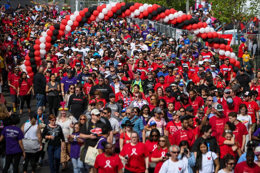Las personas participan en la 29a. Caminata anual del SIDA en Las Vegas Town Square, el domingo ...