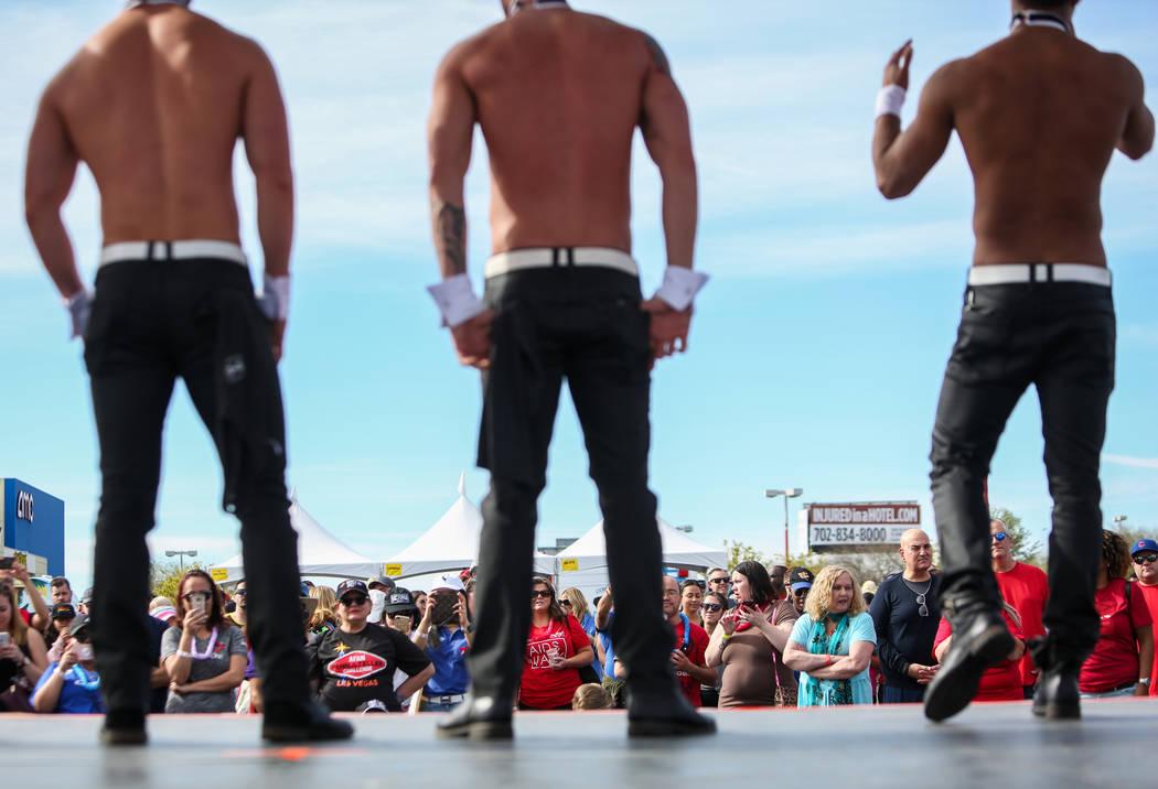 Los artistas de Chippendales hablan en el escenario de la 29a. Caminata anual del SIDA en Las V ...