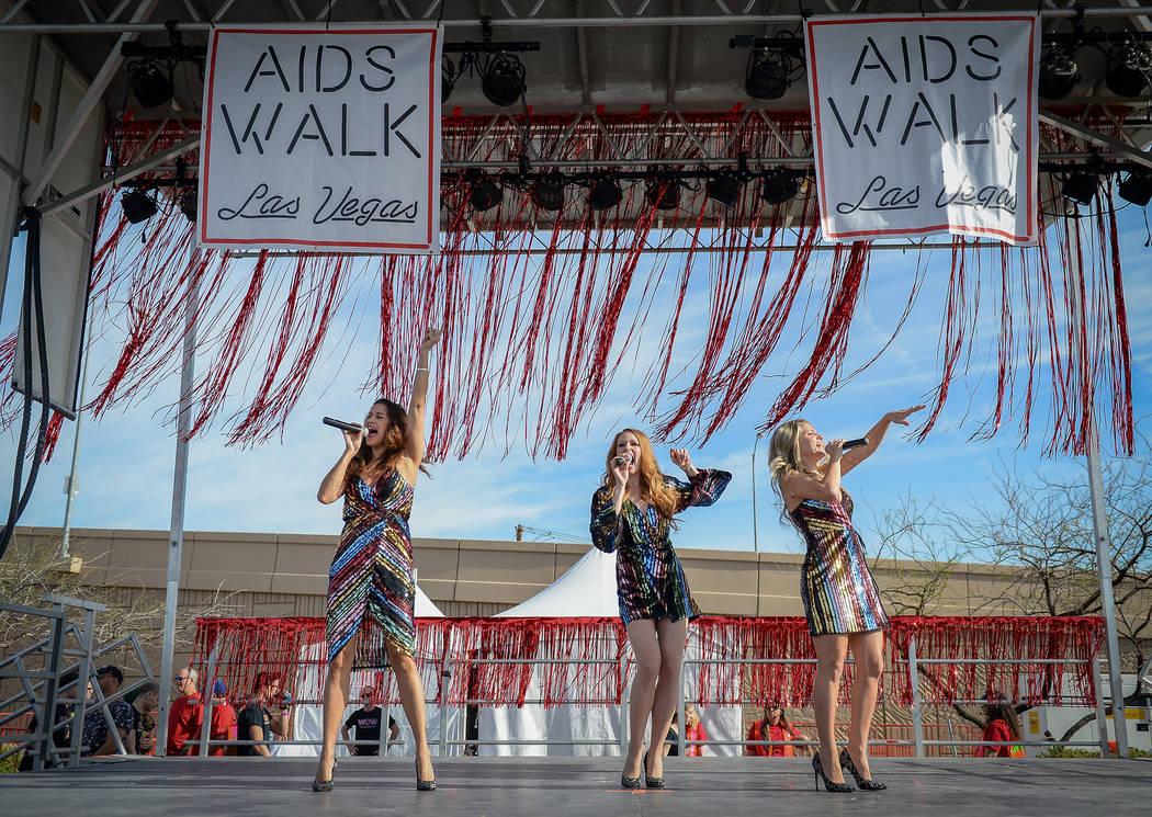 El grupo musical Lady Luck se presenta en el escenario de la 29a. Caminata anual del SIDA en La ...
