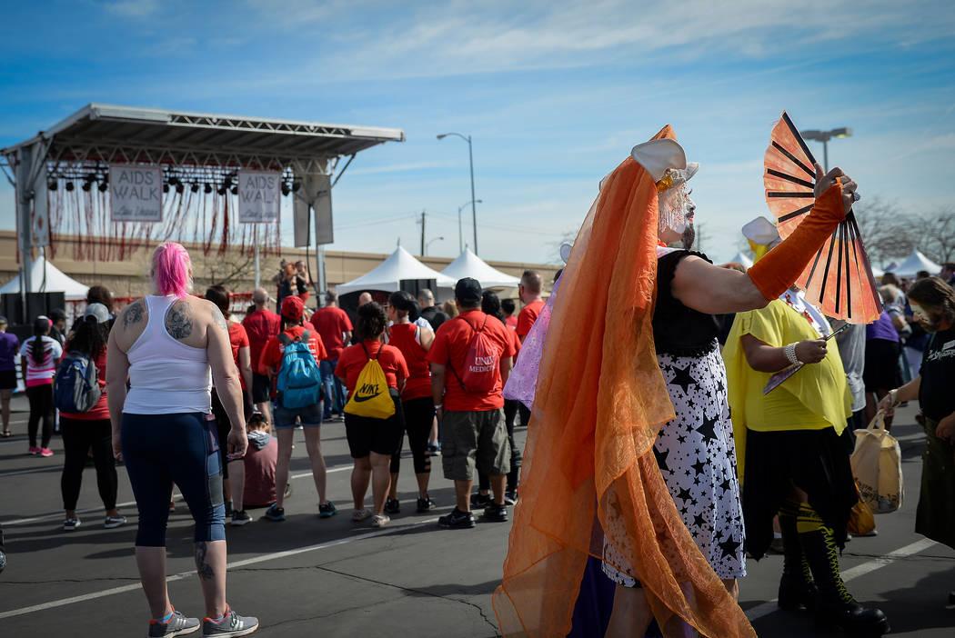 Un hombre disfrazado de drag en la 29a. Caminata anual del SIDA en Las Vegas Town Square, el do ...
