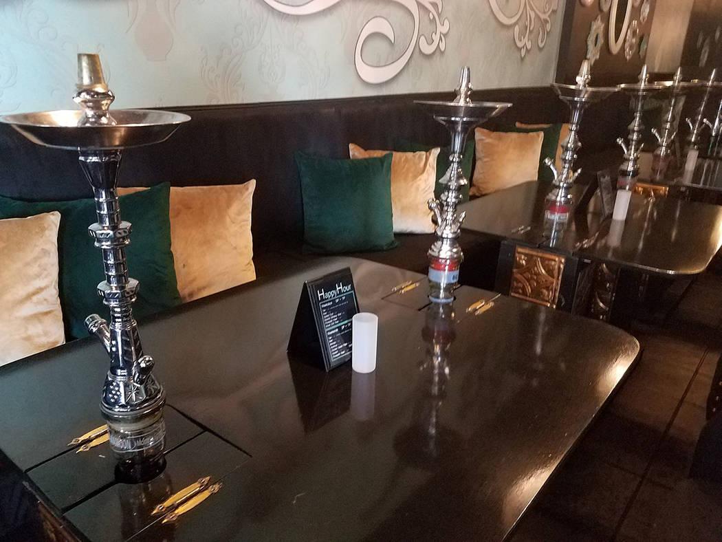Hookah Azuza defiente la tradición de hace 800 años de fumar en pipas de vapor llamadas Shish ...