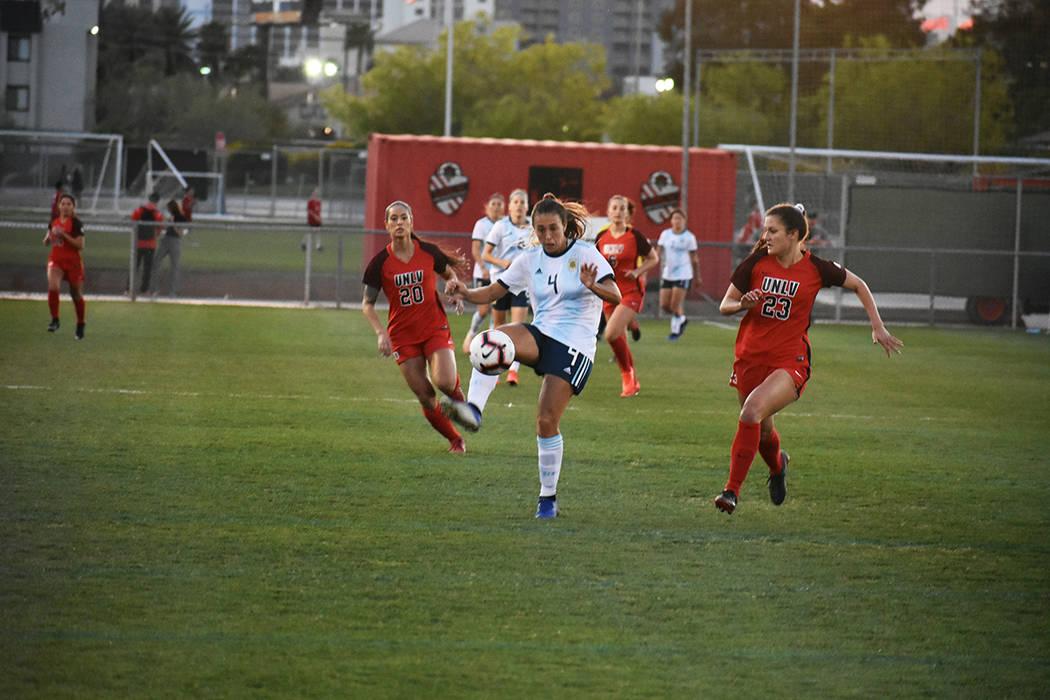 UNLV derrotó 1-0 a la Selección de Argentina, en un partido amistoso de fútbol femenil. Sáb ...