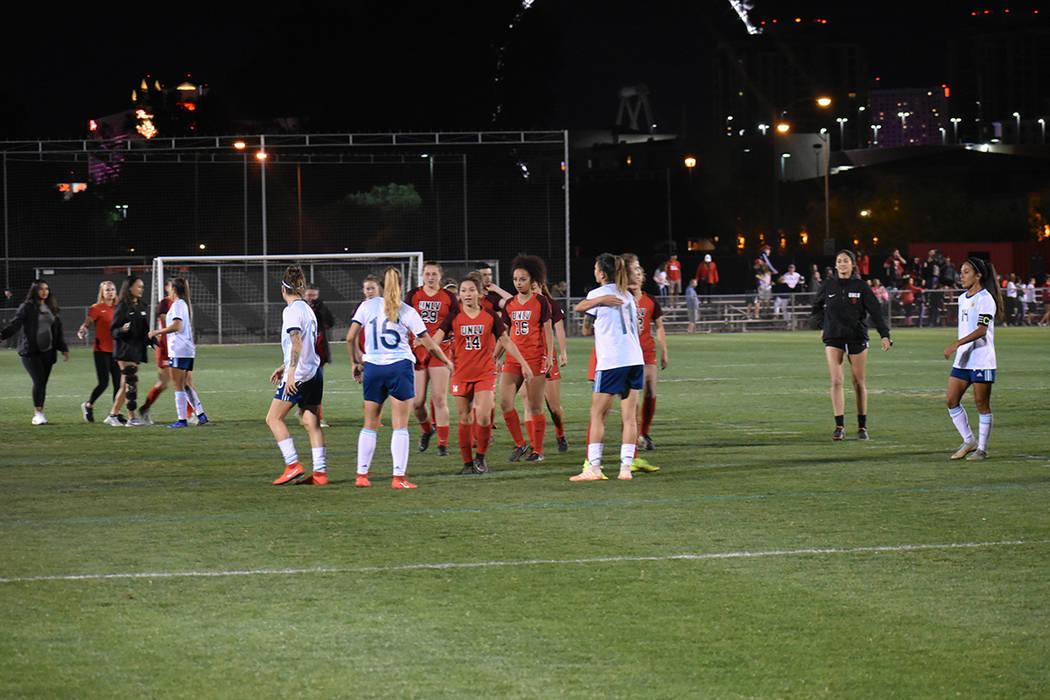 Las jugadoras de UNLV y de la Selección de Argentina ofrecieron un emocionante partido de fút ...