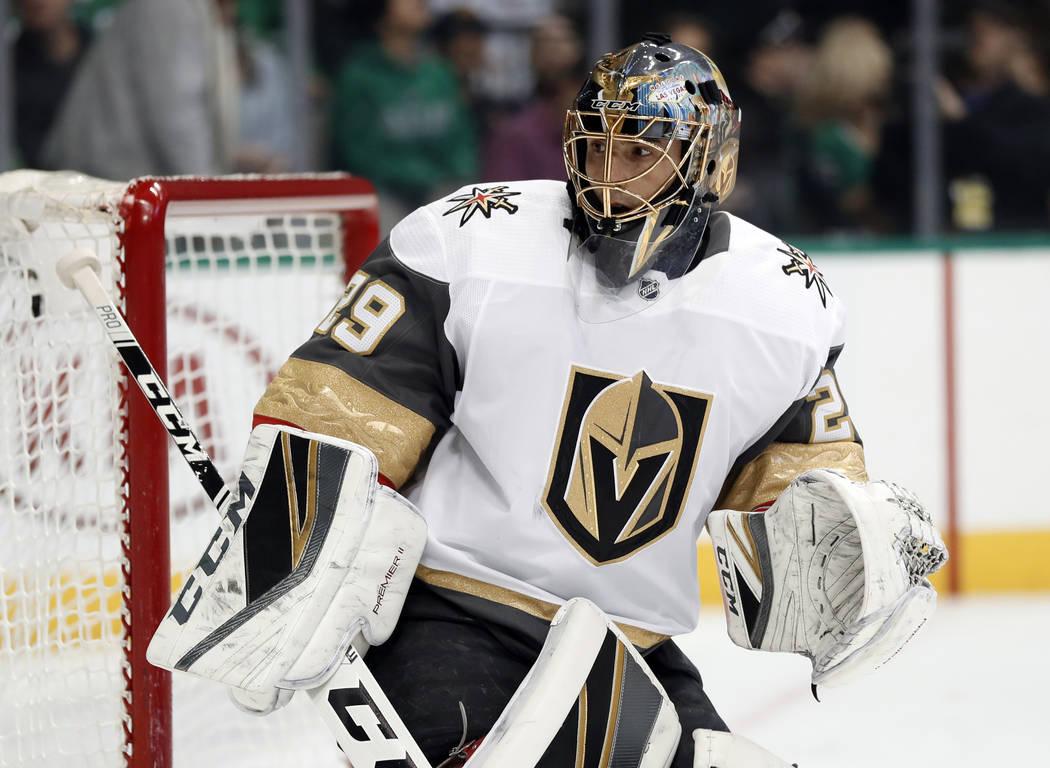 Marc-André Fleury (29), portero de los Golden Knights de Las Vegas, sigue la jugada contra los ...