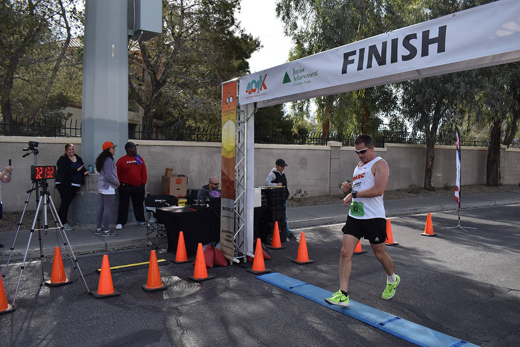 El triunfador de la carrera 401k organizada por Junior Achievement of Southern Nevada, en la ra ...