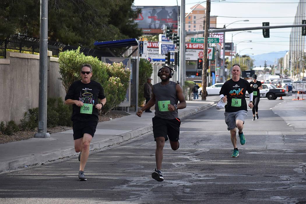 Los atletas Bill Scigliano (200), Aristide Afungchwi (6) y Dan Martin (14) participaron con ent ...